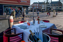 De horeca op de Markt in Tiel voerde maandag actie. Grand Cafe Hart van de Betuwe zette één opgedekt tafeltje op het terras, compleet met flessenkoeler, kandelaar, bloemetje en glaswerk.