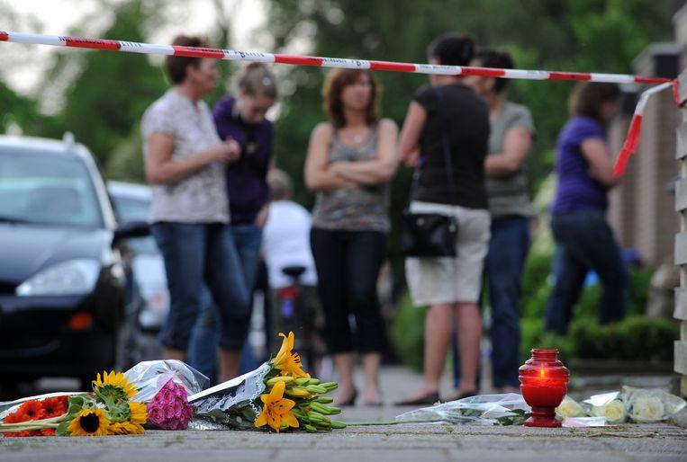Geschokte buurtbewoners bij het huis waar de moeder, de vader en de kinderen (16 en 17) de dood vonden. Foto ANP/Marco de Swart Beeld