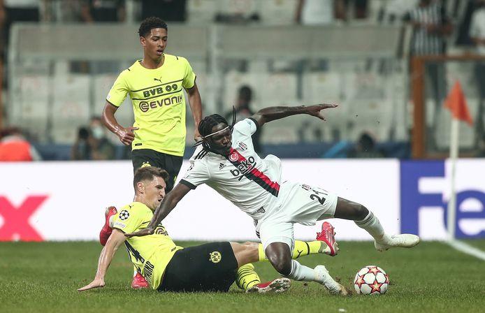 Thomas Meunier ontfutselt Fabrice N'Sakala met een sliding de bal.
