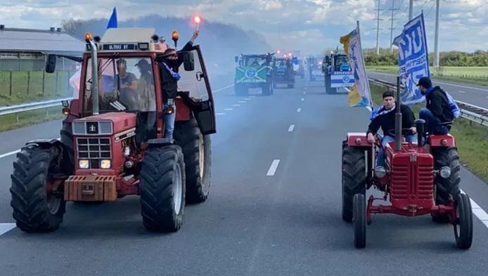 De tractoren op de snelweg.