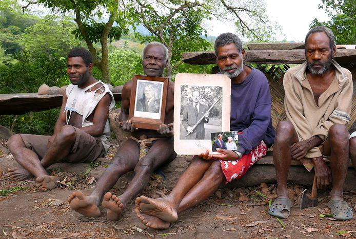 Burgemeester Jack Malia (tweede van rechts) van de Imanourane Tribe houdt foto's van de Britse prins vast. (foto uit 2017)