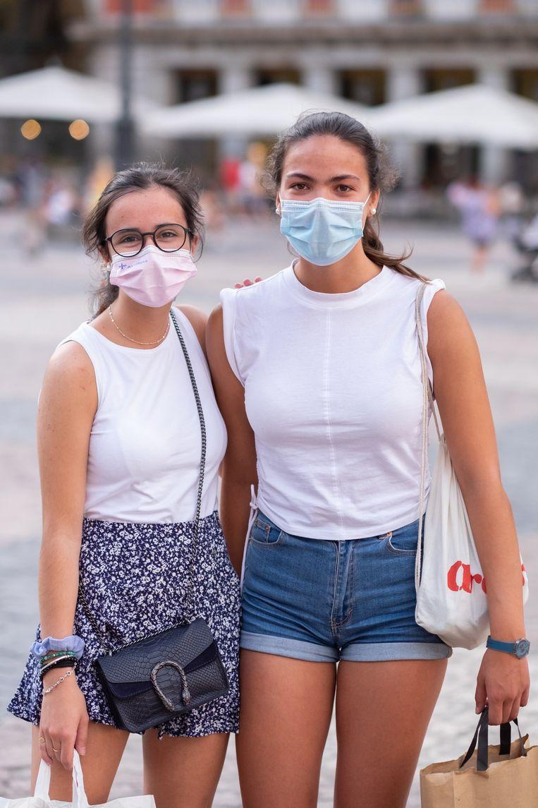 Sara Rodriguez (rechts) en vriendin Carmen Gonzalez. Beeld Eline van Nes