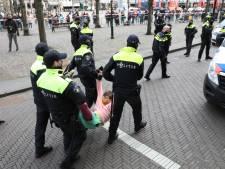 Gemist? Activisten lijmen zichzelf vast op Binnenhof en laaggeletterden scannen coronaposters