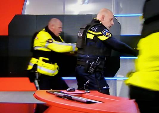 Politieagenten overmeesteren Tarik Z. in de NOS-studio.