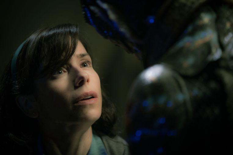 In 'The Shape of Water', van Guillermo del Toro, wordt poetsvrouw Elisa verliefd op een opgesloten amfibisch wezen in een lab.  Beeld AP