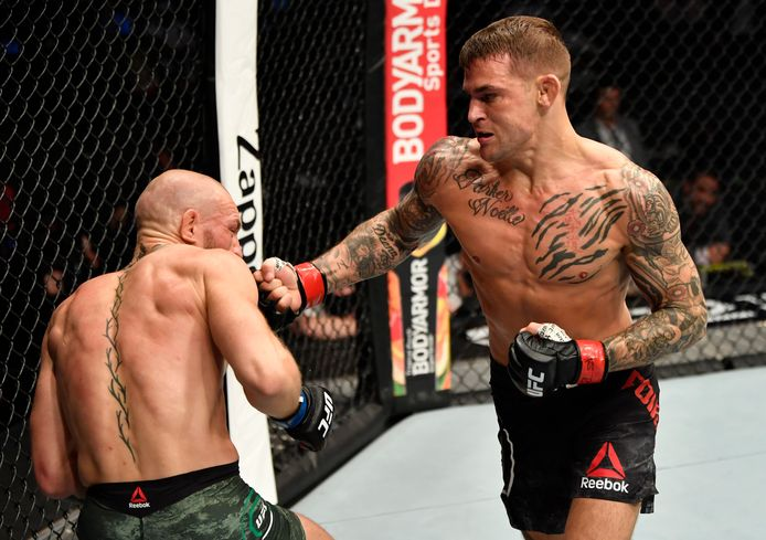 Dustin Poirier (rechts) in gevecht met Conor McGregor tijdens het UFC 257-evenement in de Etihad Arena op UFC Fight Island.