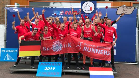 De Brandwijk Bommelerwaard Runners na de finish van de Roparun in 2019. Dit jaar ging het evenement niet door. Toch haalde het team ruim 22.000 euro op.