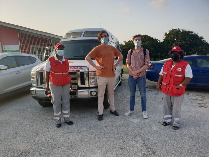 Karel Hehenkamp (links) en Jip Mulders met twee vrijwilligers van het Rode Kruis op Curaçao.
