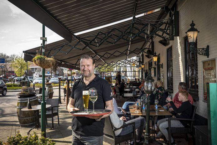 Maurits Huisken van Plexat heeft een nieuw zonnescherm. Om deze te bekostigen is hij een soort crowdfunding gestart waarbij mensen voor 100 euro per jaar een plek kunnen reserveren op het voorterras.