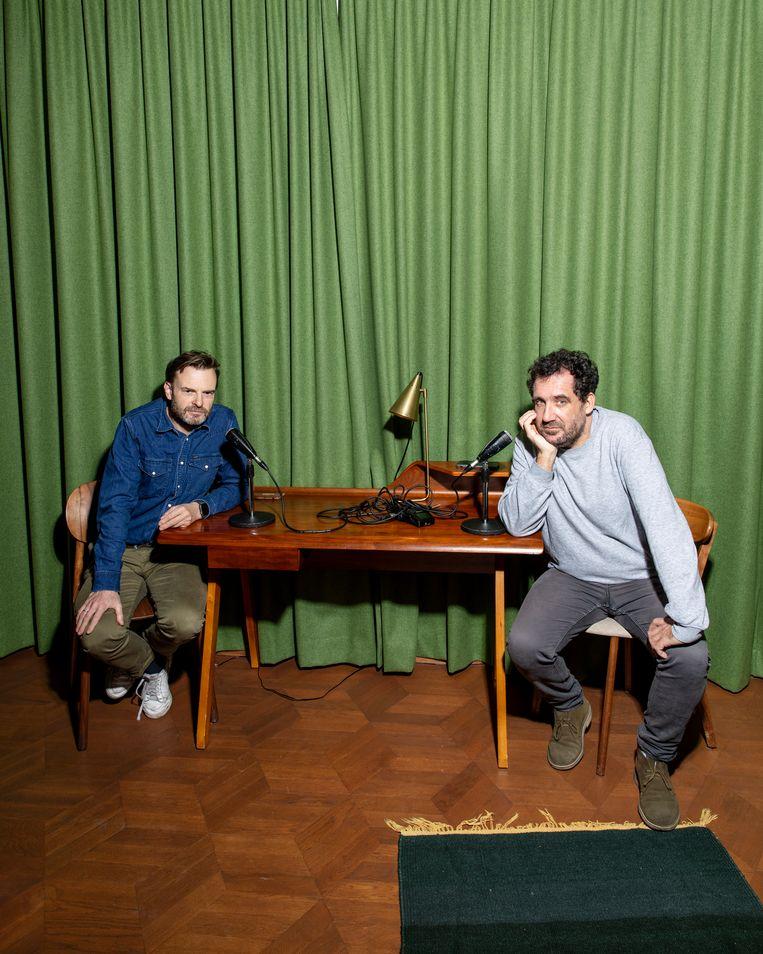 Teun van de Keuken en Gijs Groenteman nemen hun podcast op in Hotel V. Beeld Lin Woldendorp