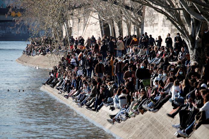 Foule en bord de Seine, fin février