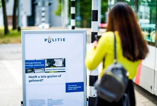 De politie zette overal in de Rotterdamse wijk De Esch borden neer met een oproep aan getuigen zich te melden.