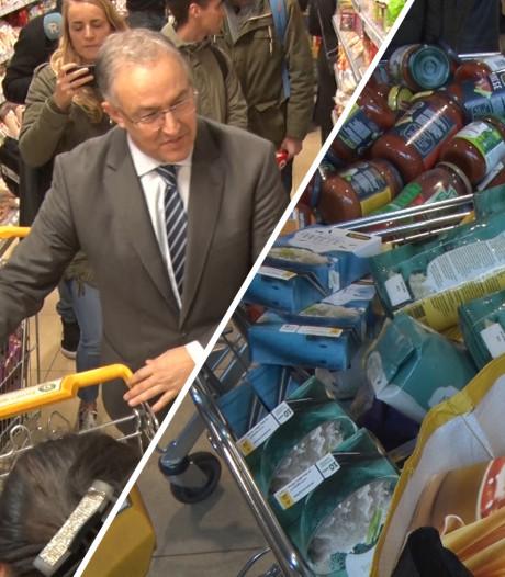 Burgemeester Aboutaleb gooit winkelwagentje vol voor Voedselbank