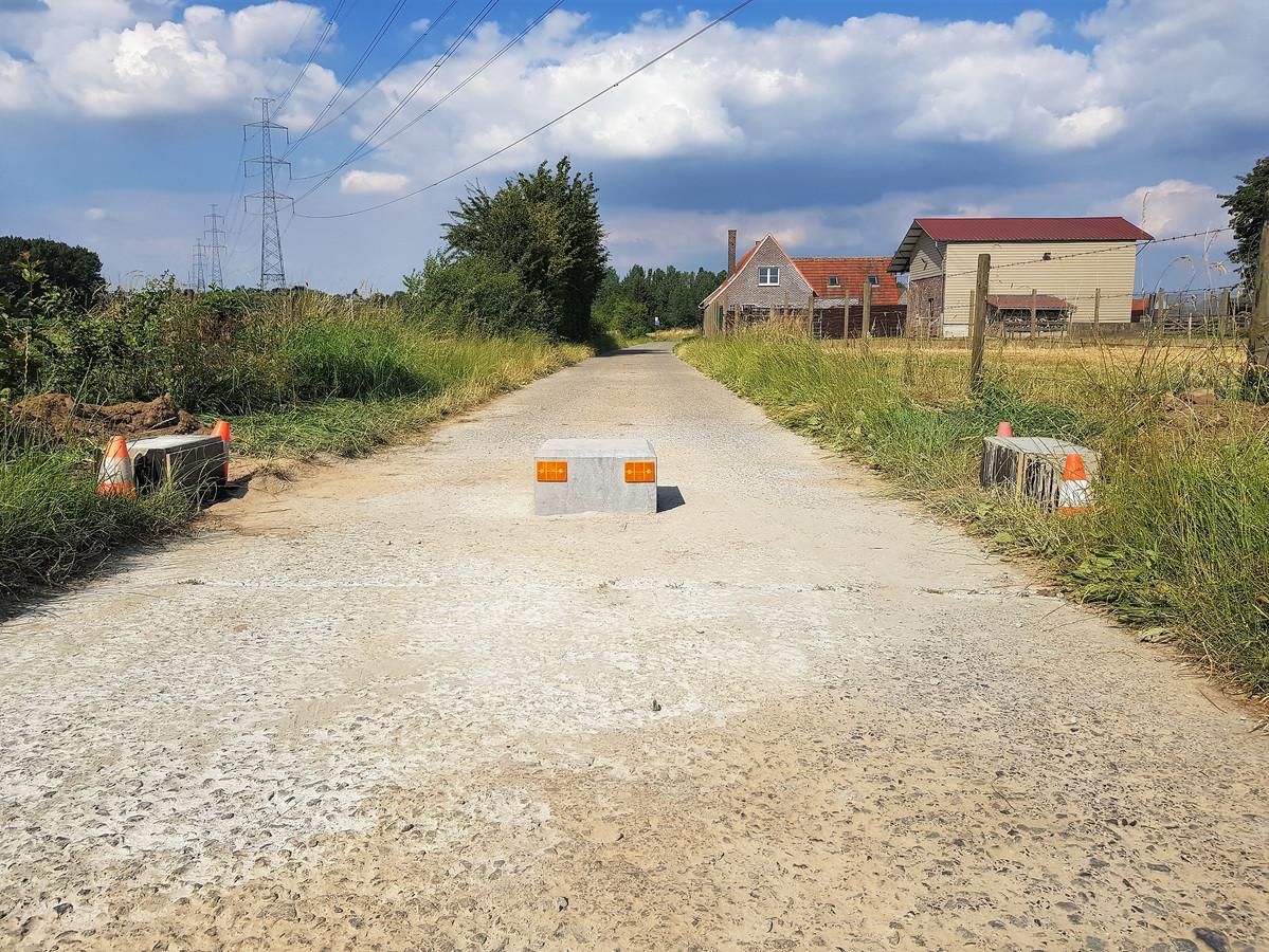 De tractorsluizen zijn volgens de gemeente Pepingen te hoog, waardoor landbouwvoertuigen niet meer kunnen passeren.
