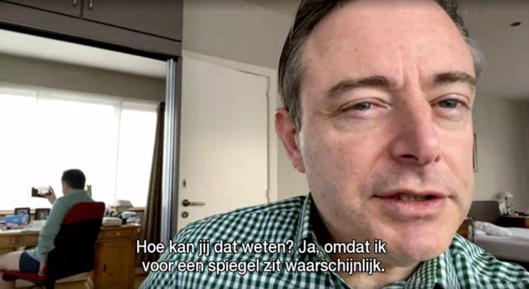 De Wever had niet door dat hij van achteren te zien was via de spiegel. Beeld Radio 2