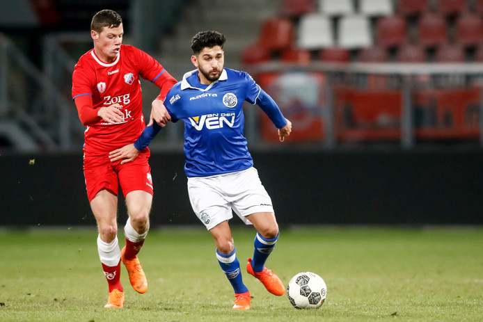 Jong FC Utrecht speler Nick Venema (l) in duel met FC Den Bosch speler Muhammed Mert, die eenmaal scoorde.