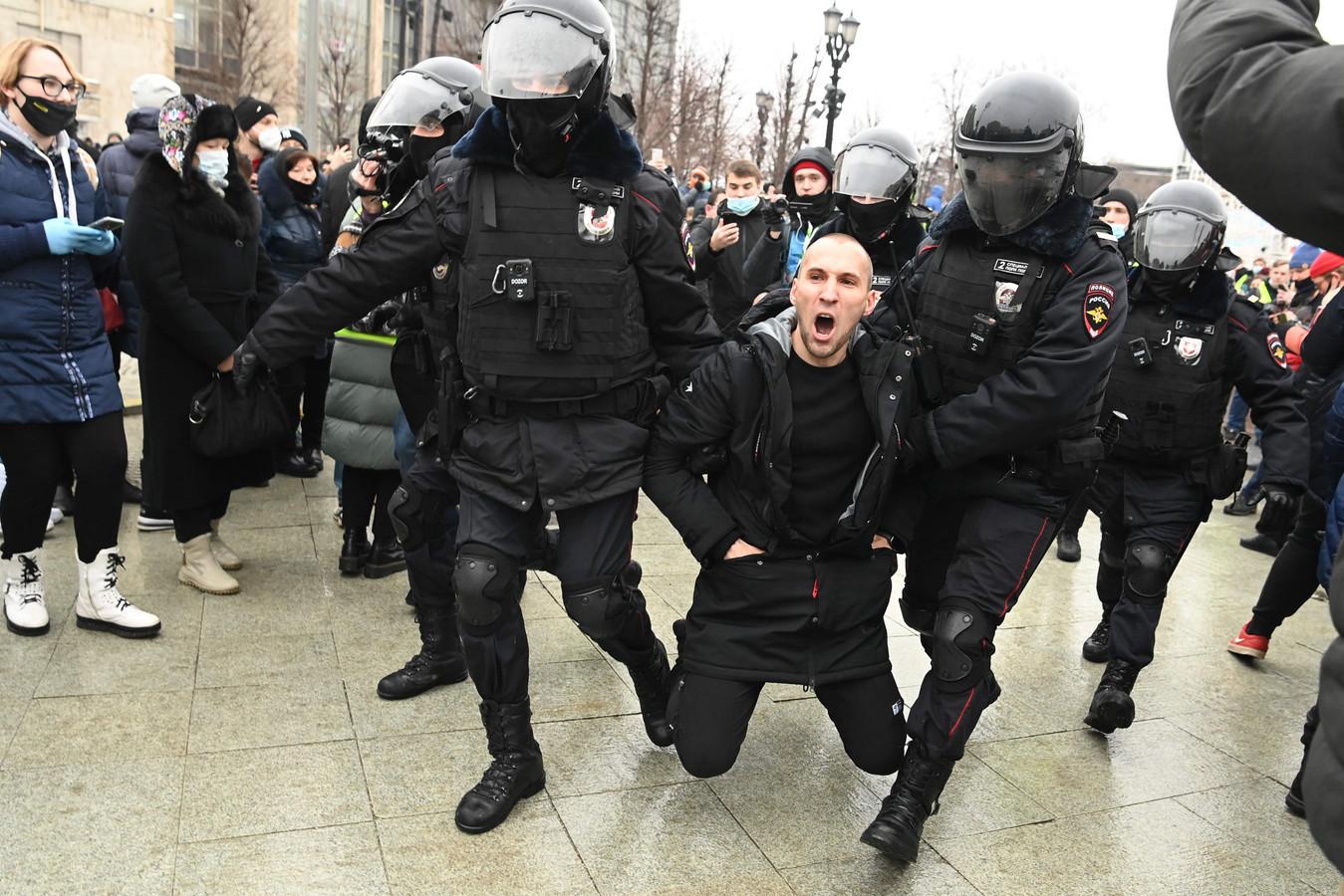 Een demonstrant wordt gearresteerd in Moskou.