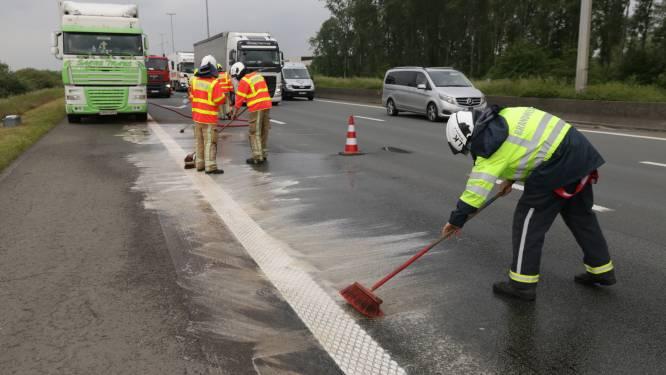 Motor van vrachtwagen opgeblazen op E17, rijbaan besmeurd met olie