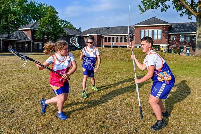 Jeugdige leden van de Bergse club Ogers Lacrosse trainen in hun nieuwe clubtenues, met dezelfde kleuren als die van hockeyclub Tempo, waarmee ze gefuseerd zijn. Vlnr: Renske Nuijten, Chayenne van Wezel en Roel Jansen)