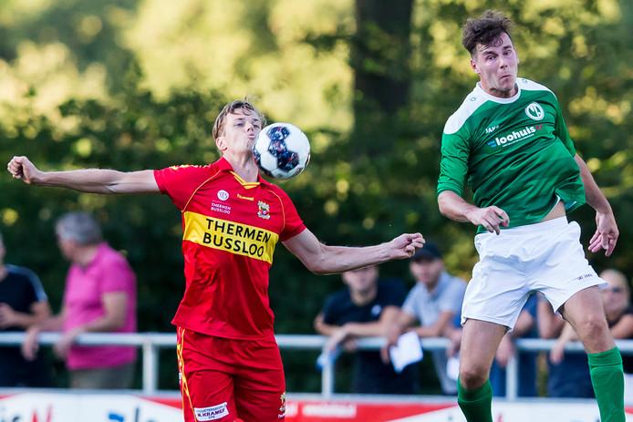 GA Eagles-speler Jeroen Veldmate (L) in duel met met Sallands Streekteam speler Stijn Kogelman (r)
