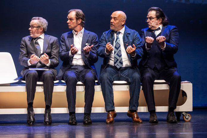 Niet in de theaters, wel in een podcast over de thema's uit hun voorstelling Pandepaniek: De Verleiders-acteurs George van Houts (uiterst links) en Tom de Ket (tweede van rechts).