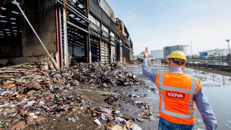 Het blussen van de brand bij Icova viel niet mee, doordat de brandweer in de afvalloods niet goed bij het vuur kon komen. Beeld Jean-Pierre Jans