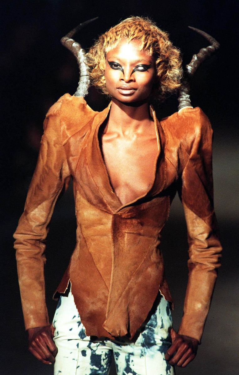 Een model in 1997 in een leren jas met hoorns. Alexander McQueen speelde graag met de duivel als inspiratiebron. Beeld BELGAIMAGE