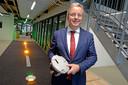 Erik Velderman toont in de showroom op Twente Airport een startbaanlamp.