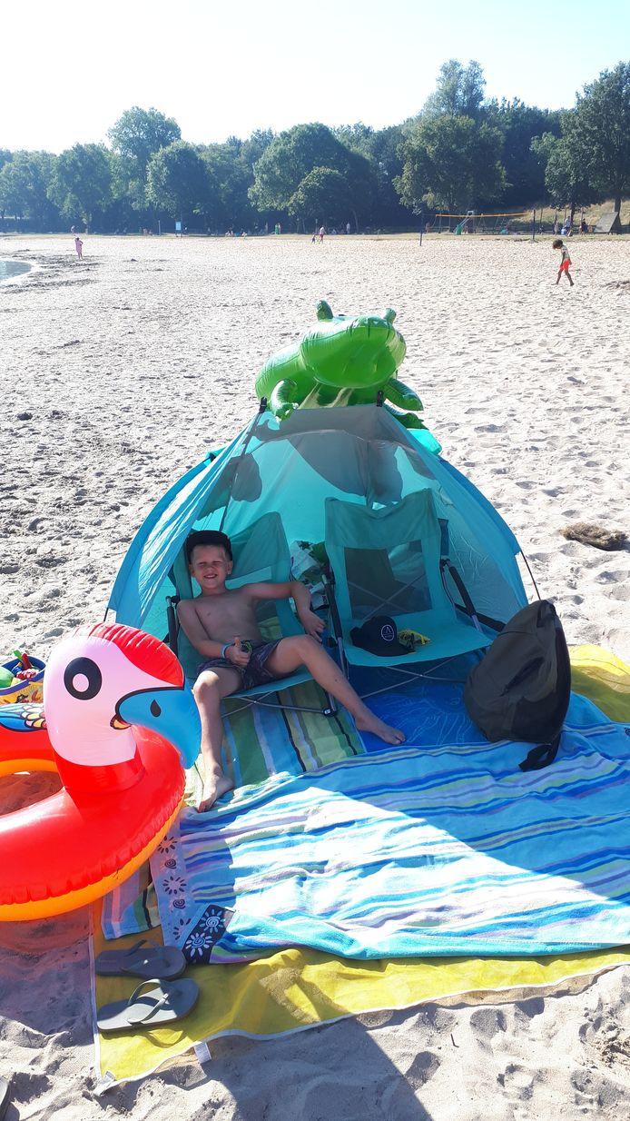 Jens van den Broek uit Zelhem aan het strand.