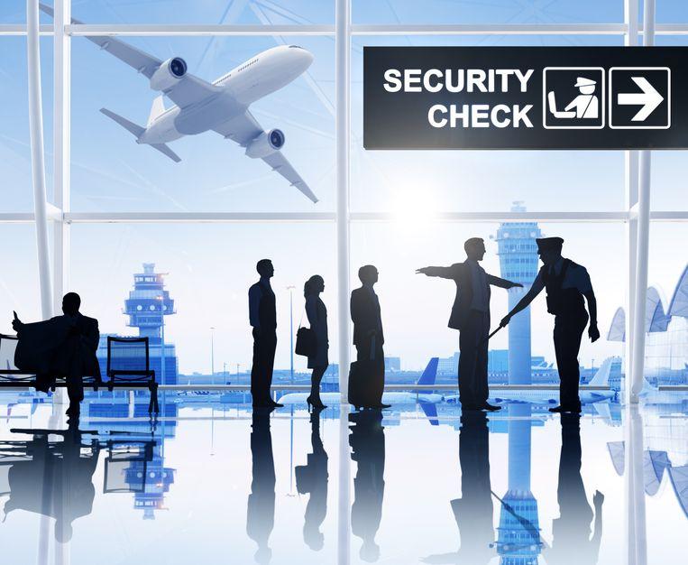 Passagiers weten: er wordt best al wel wat gecontroleerd op een luchthaven. Maar van de vakbonden mag het nog wat meer zijn.