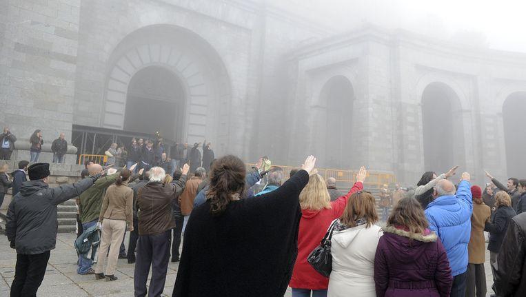 Aanhangers van Franco brachten op 20 november een bezoek aan de 'Valle de los Caidos' om zijn 36e sterfdag te herdenken. © afp Beeld