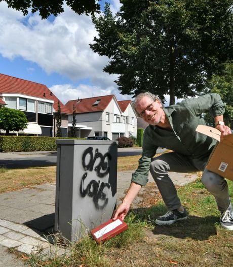Bestsellerauteur verstopt 100 boeken in Twente: 'Als bedankje voor al die lezers'