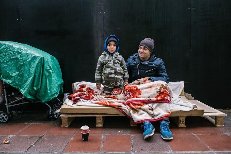 ►Een dakloze vader en zoon in Brussel. Beeld Wouter Van Vooren