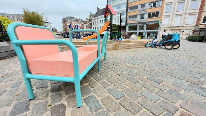 De borstvoedingsbank staat nabij het Belfort en het zomerspeelplein, op de Grote Markt.