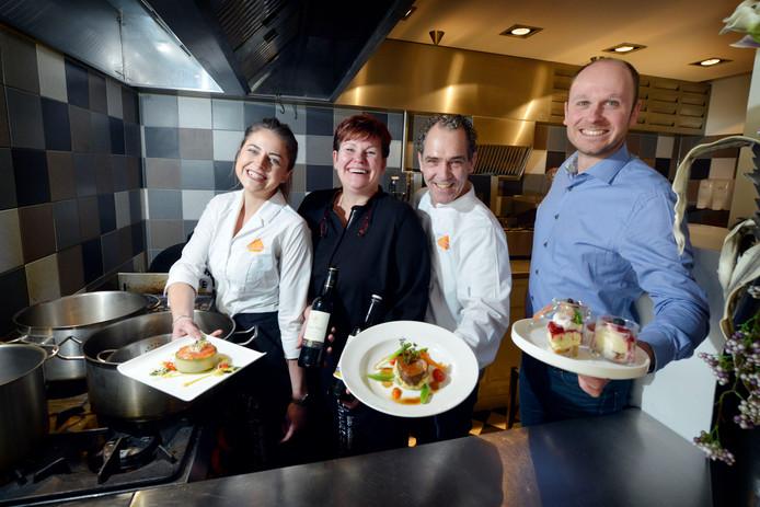 Vlnr: Iris Veenstra, Monja ter Stal, Henk Janssen (chefkok) en Martin Hoogland (eigenaar)