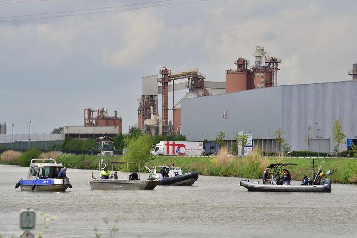 Beeld van de zoekactie naar de vermiste Christophe Maertens, op het kanaal Roeselare-Leie in Oostrozebeke.