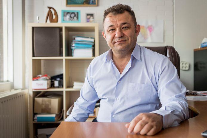 """De Almelose advocaat Ibrahim Mercanoglu vindt dat rechters jeugdbeschermers vaker onder ede moeten laten horen in de rechtbank. """"Van een gelijkwaardige zaak is zo geen sprake meer."""""""