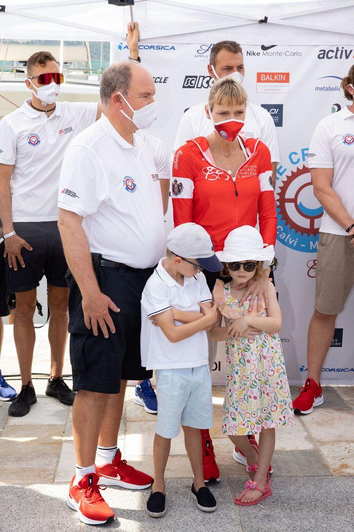 Le prince Albert II de Monaco et la princesse Charlène de Monaco avec leurs enfants le prince Jacques de Monaco, marquis des Baux et la princesse Gabriella de Monaco, comtesse de Carladès.