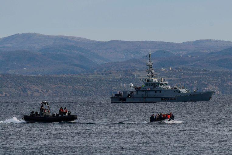 Een bootje met vluchtelingen voor de kust van het Griekse eiland Lesbos vanmorgen.