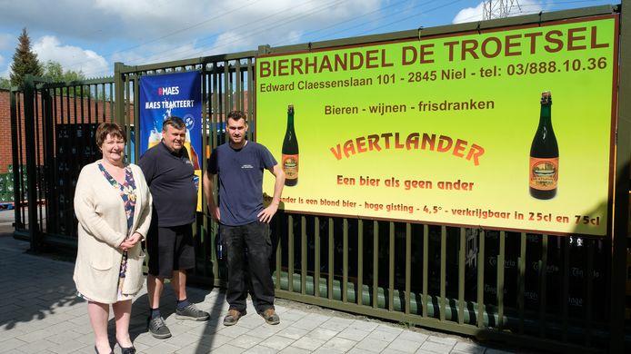 Daisy Smeulders, Bart De Troetsel en Nick De Troetsel vieren de 100ste verjaardag van hun bierhandel.