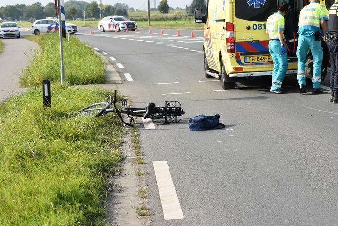 Een fietsster en automobilist zijn maandagmiddag gebotst op de kruising van de Van Heemstraweg en de H.C. de Jonghweg in Rossum.