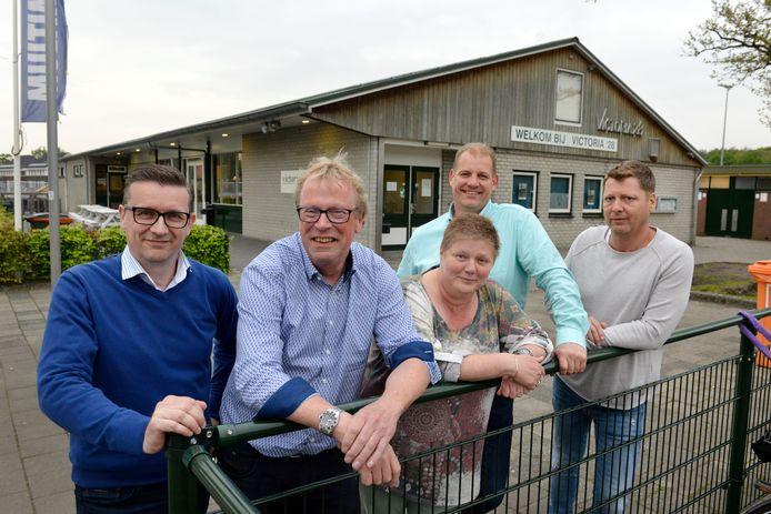 Vanaf links: Penningmeester Eugene Haasewinkel, voorzitter Gerard Tenniglo, secretaris Jolanda Bults, Edwin Prijs (activiteiten) en Arjan Smoors (voetbalzaken).