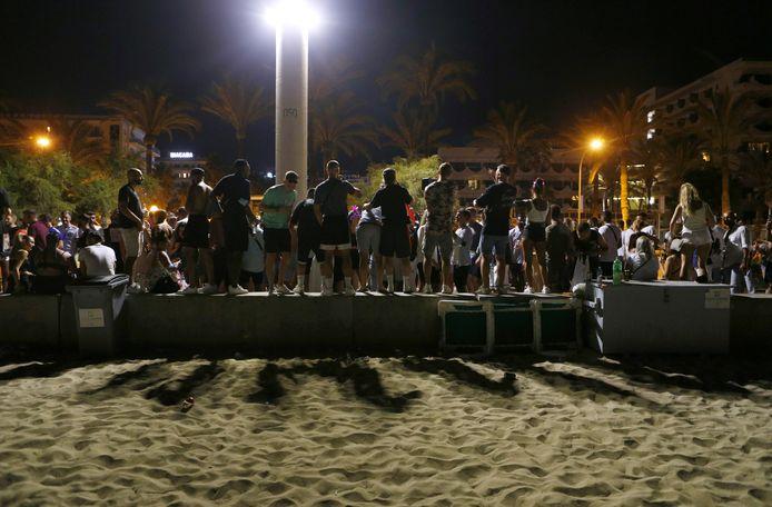 Foto ter illustratie: een groep jongeren op Mallorca.