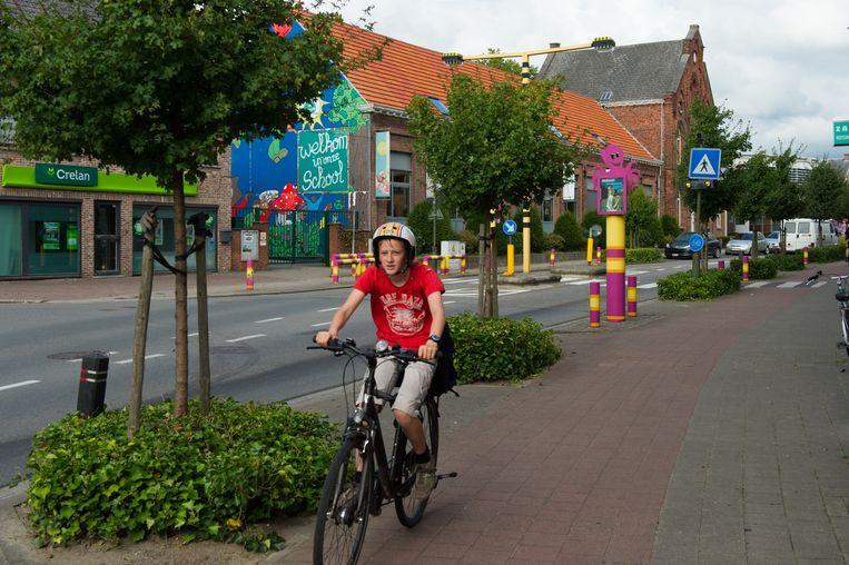 De Molenstraat aan school De Wingerd. De stad belooft de situatie aan te pakken.