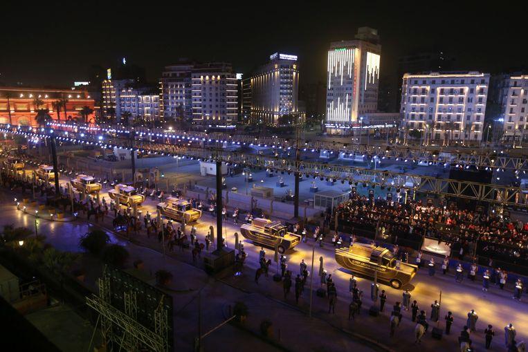 De stoet van 18 koningen en 4 koninginnen vertrekt vanaf het Egyptisch Museum aan het Tahrirplein. Beeld AP