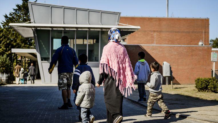 Asielzoekers in het AZC Heerhugowaard. De personen op de afbeelding komen niet voor in het artikel. Beeld anp