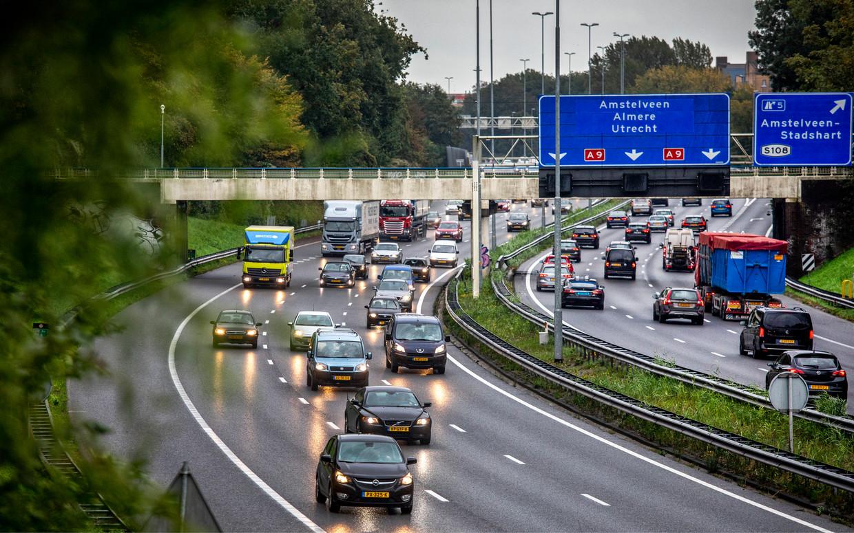 De A9 in Amstelveen. Over de zesbaansweg rijden op een doordeweekse dag zo'n 140 duizend voertuigen. Beeld Raymond Rutting