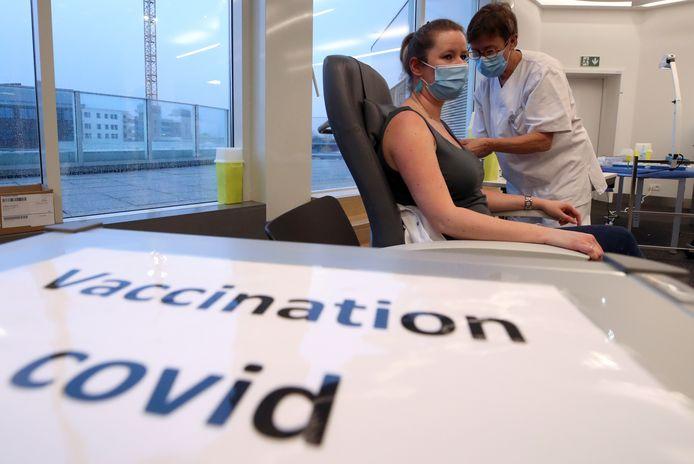 Un soignante de l'hôpital Chirec Delta à Bruxelles reçoit une injection du vaccin Pfizer contre la Covid-19.