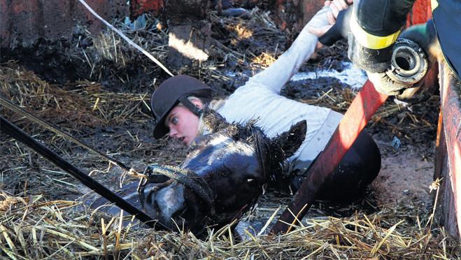 Merrie Rita zakt weg in de mest, maar Estee Priester houdt haar hoofd boven.
