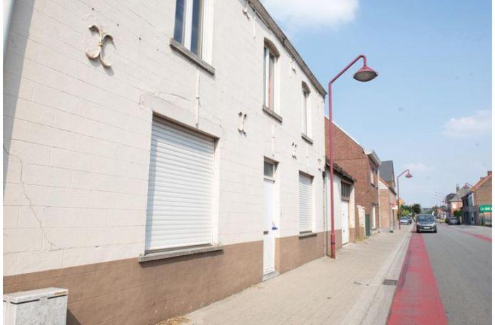 Het huis aan de Stationsstraat waar de vermoorde twintiger werd gevonden.